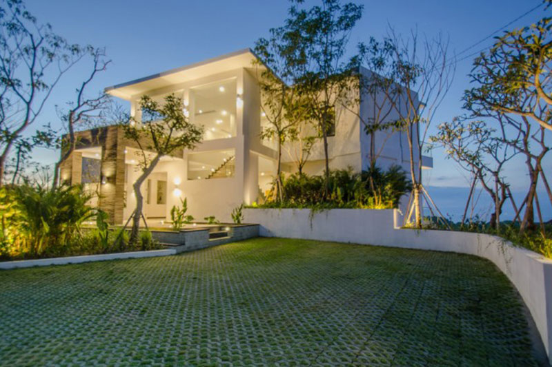 Luxurious Private Villa in Pecatu Boasting Stunning Sunset and Ocean Views