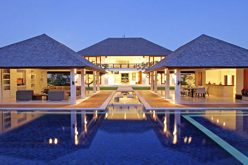 A Striking Luxurious Villa, walk to Echo beach